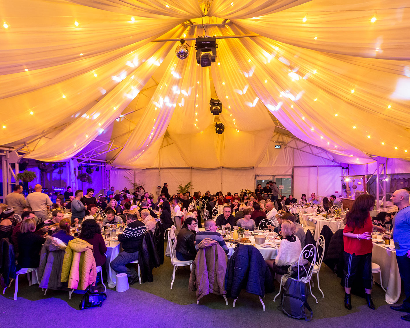 אירוע חורפי בתוך אוהל ארועים מעוצב באוירה דרמטית