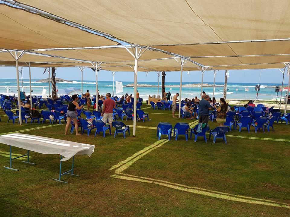 כחול וירוק צבעי הלוגו על רקע החוף-חשיבה עד לפרט הקטן